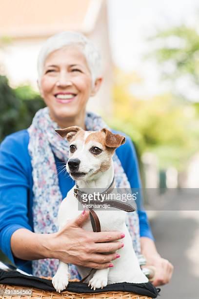 Femme avec chien sur vélo