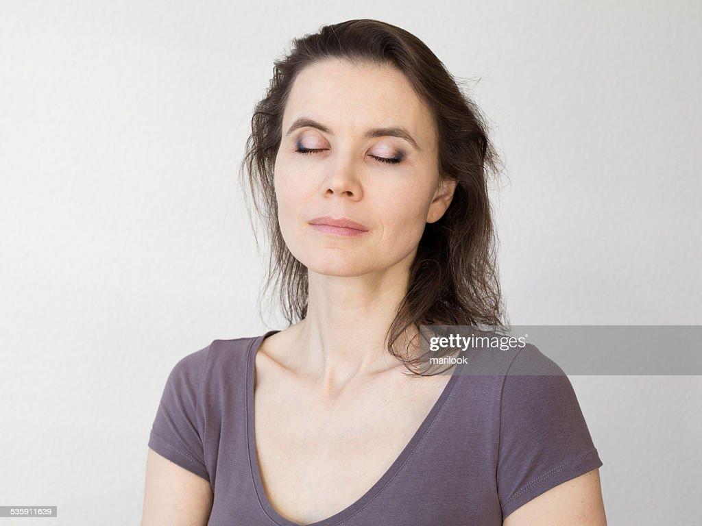 Mulher com olhos fechados em relaxar de disposição : Foto de stock