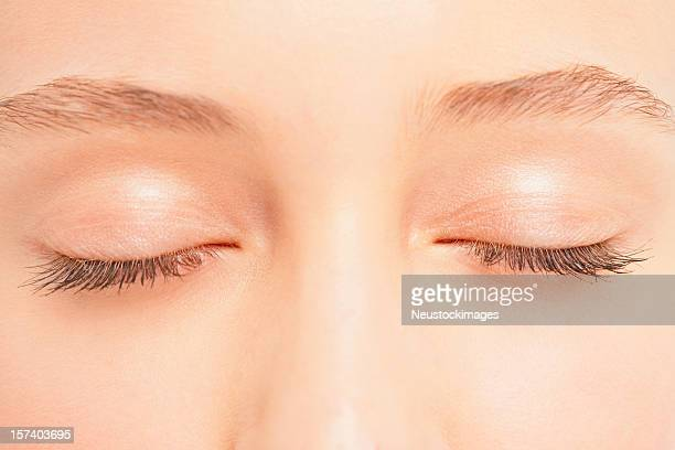 Frau mit Augen geschlossen