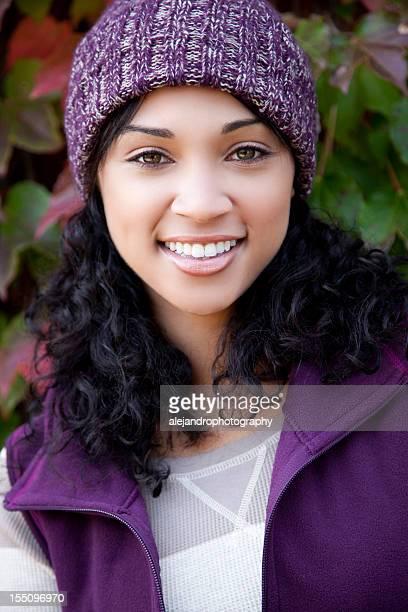 Femme souriante en vêtements d'automne