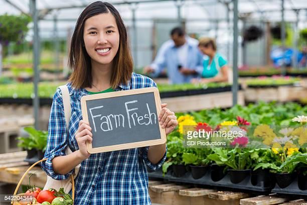 """Frau mit Schild """"von Fresh'im markt"""