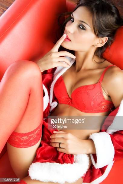 Femme avec le doigt sur les lèvres et portant de la Lingerie rouge sur le thème
