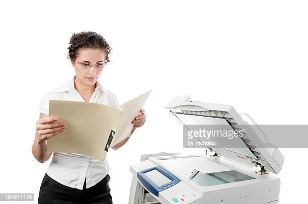 Frau mit Ordner und Drucker, isoliert auf weiss