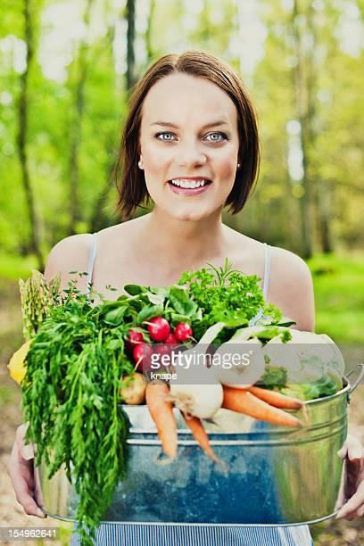 Frau mit frischem Gemüse