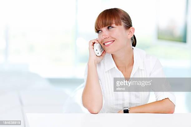 Mulher com franjas a falar ao telefone