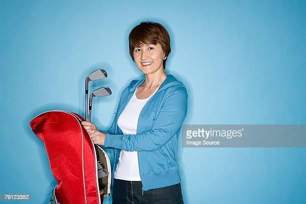 Donna con mazze da golf