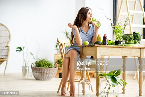 Woman with green healthy food at home : Foto de stock