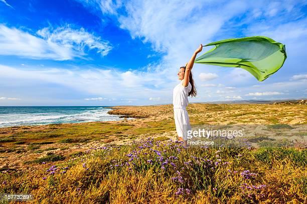 Femme avec foulard vert