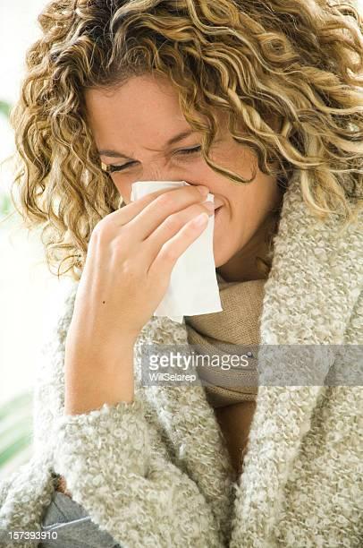 Frau mit Taschentuch