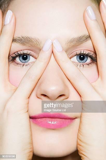 Donna con le mani sul viso