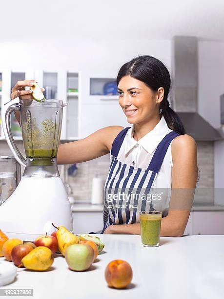 Mujer con una bebida saludable casero fresco