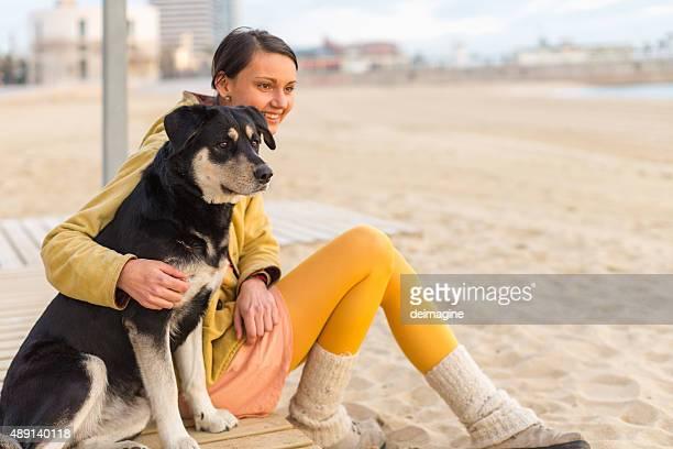 Frau mit Ihrem Hund am Strand