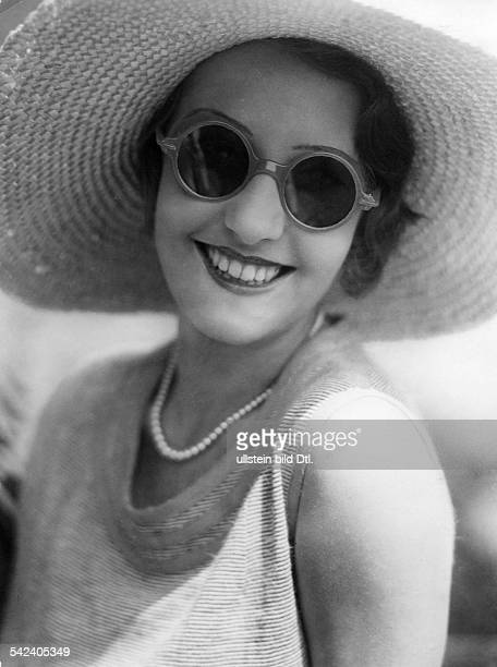 Woman with hornrimmed sunglasses and straw hat Photographer Elli Marcus 1931Vintage property of ullstein bild