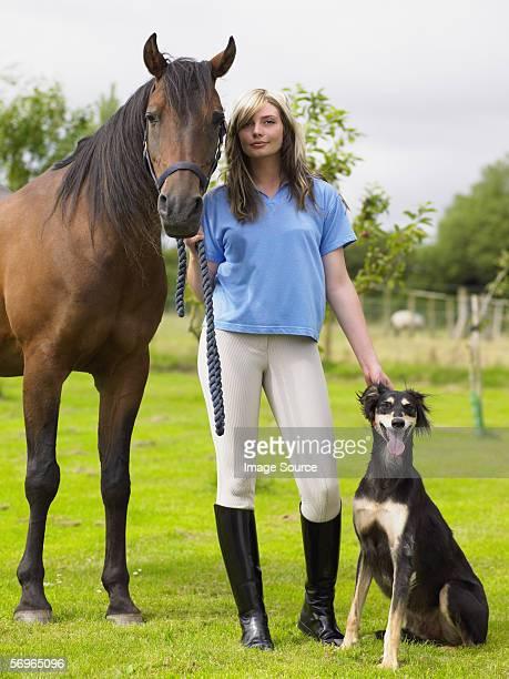 Frau mit Pferd und Hund
