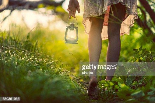 女性、ランタンの森