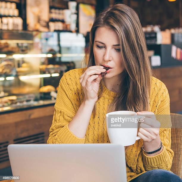 Frau mit laptop im Café.