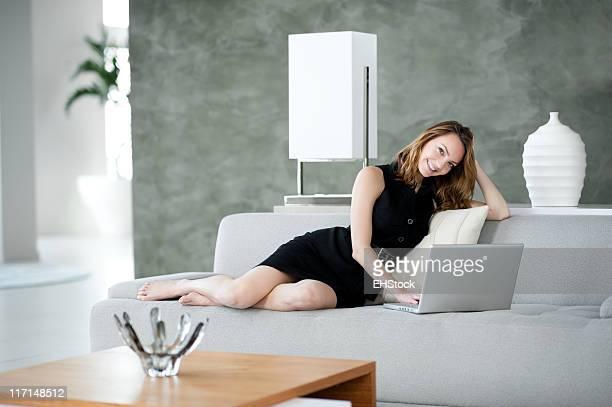 Donna con Computer portatile in Casa in esposizione