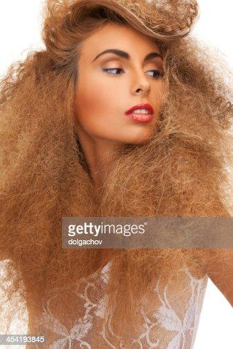 Mujer con el pelo rizado largo : Foto de stock