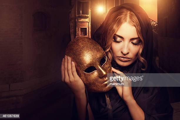 Femme avec masque de Venise