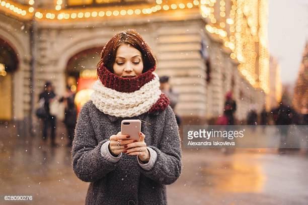 Frau mit Handy auf der Straße