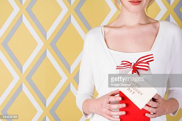 Femme avec cadeau pour la fête des Mères