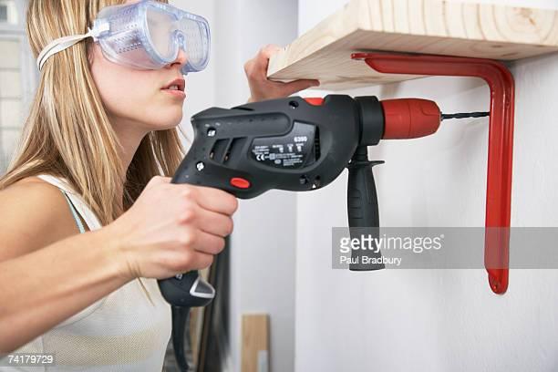 Frau mit Brille und Auge power drill