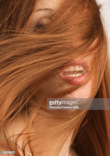 Femme avec des cheveux roux couvrir le visage