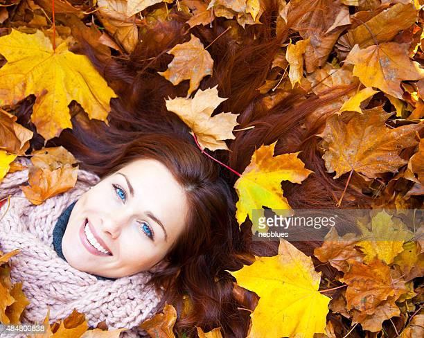 Frau mit roten Haaren Leg dich auf den Herbst Blätter.