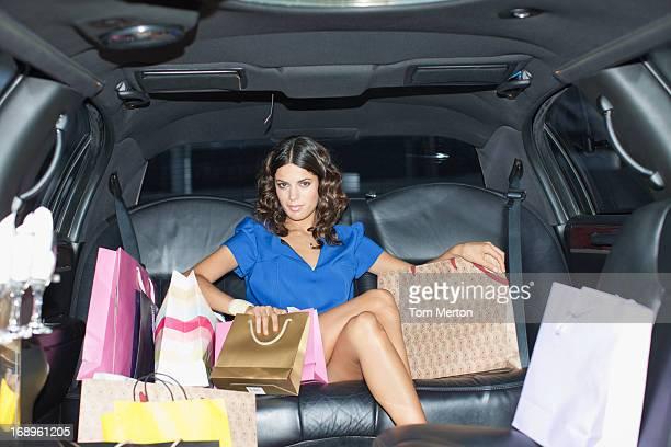 Frau mit Einkaufstüten in limo