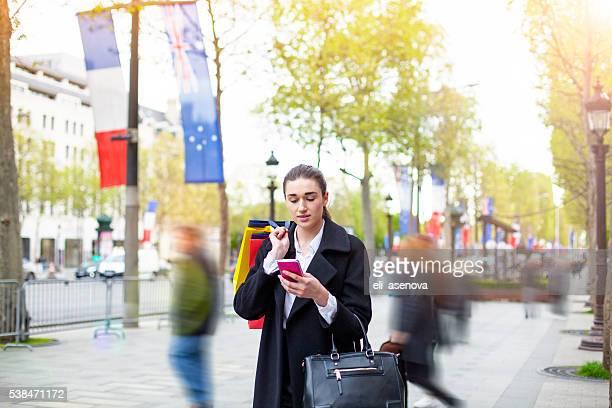 Femme avec des sacs à provisions, à Paris.
