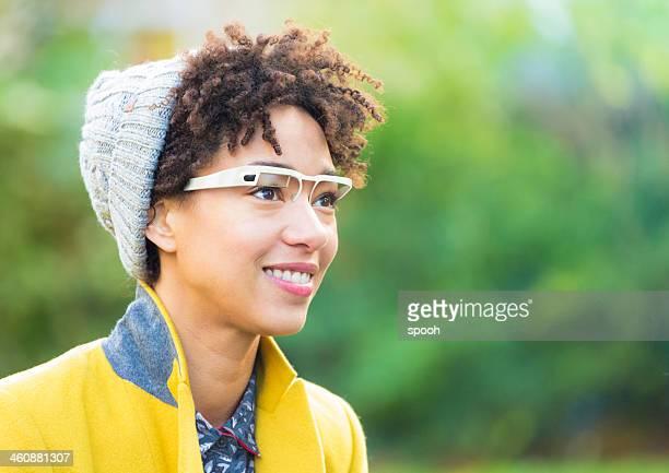 Frau mit smart Brille