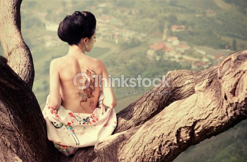 Femme Au Tatouage De Serpent Sur La Branche Darbre Photo Thinkstock