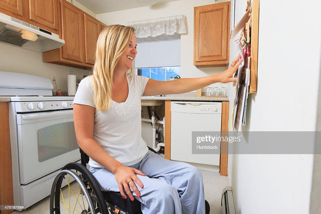 frau mit wirbels ule verletzungen in ihrem behindertengerechte k che stock foto getty images. Black Bedroom Furniture Sets. Home Design Ideas