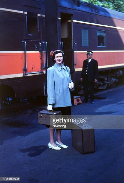 女性、スーツケース搭乗鉄道 1951 年、レトロ