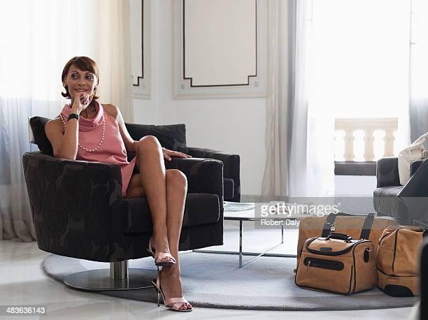 Femme avec des valises assis dans la salle d'attente