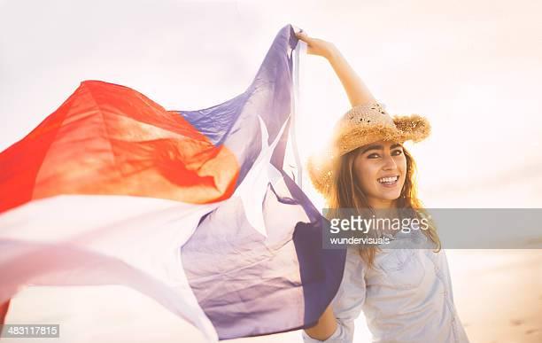 Femme avec agitant le drapeau Texan dans le vent