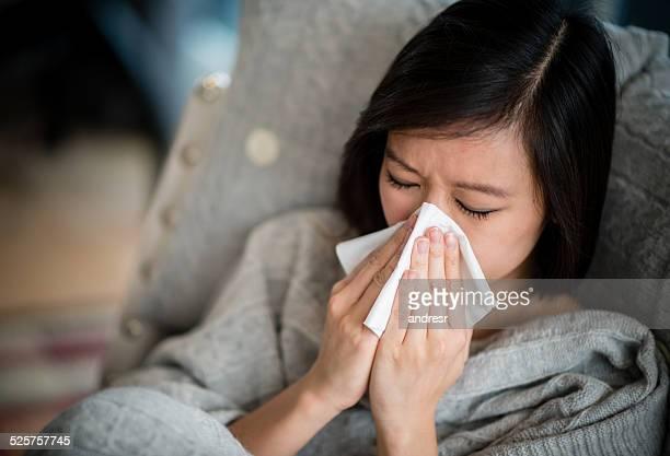 Femme avec le rhume