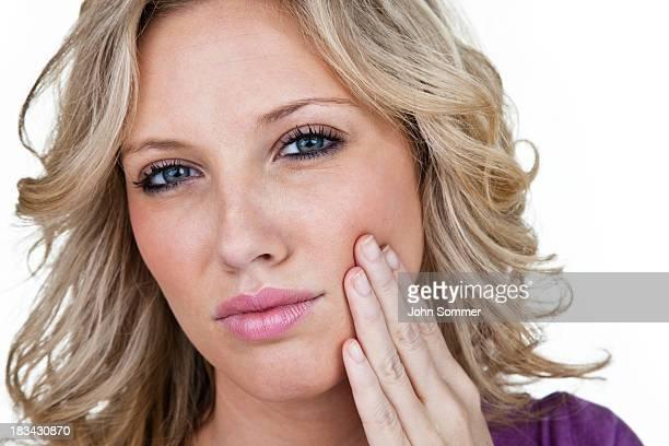 Mulher com dor de dentes