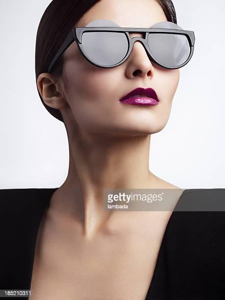 Donna con occhiali alla moda