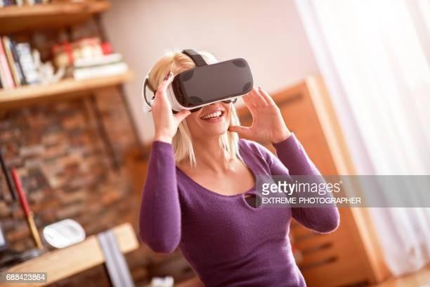 Frau mit VR Kopfhörer