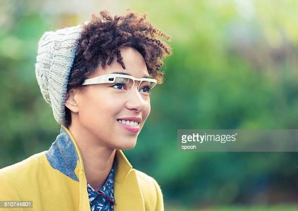 Femme avec ordinateur portable en forme de lunettes.