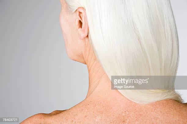 Frau mit weißem Haar