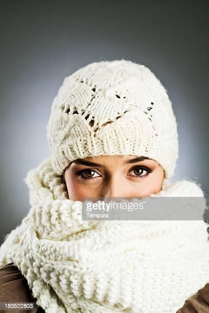 Femme avec bonnet et une écharpe en laine Vetical