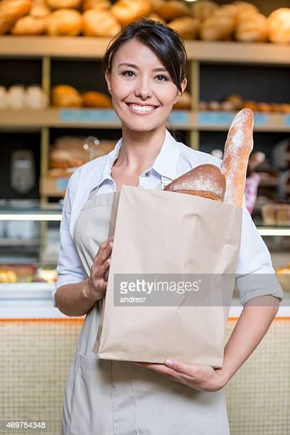 Femme travaillant dans une boulangerie