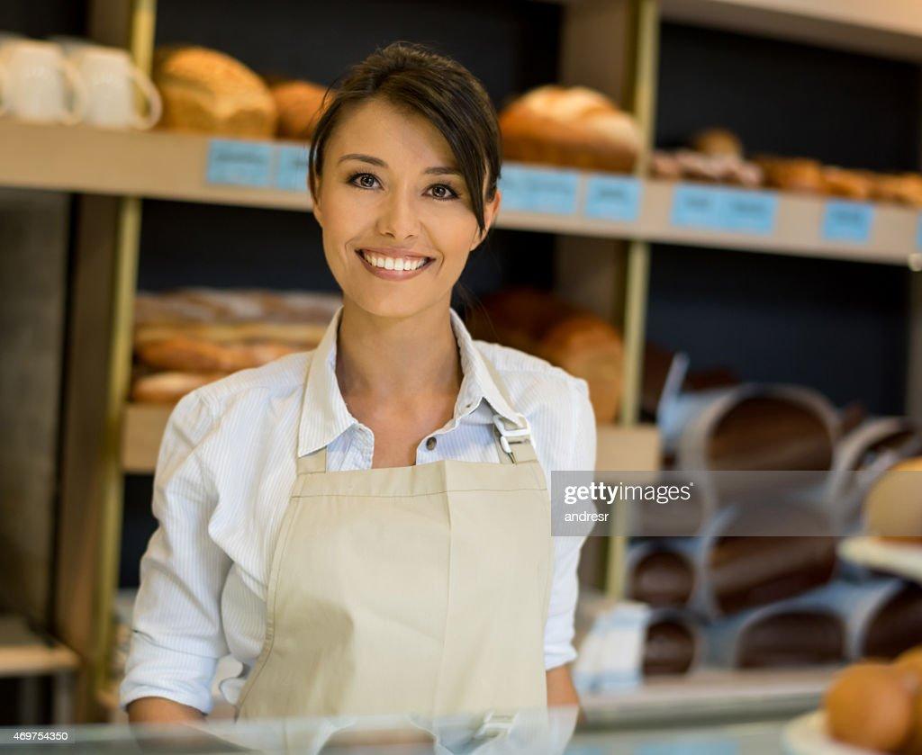 Frau arbeitet in einer Bäckerei : Stock-Foto