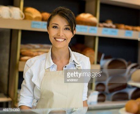 Frau arbeitet in einer Bäckerei