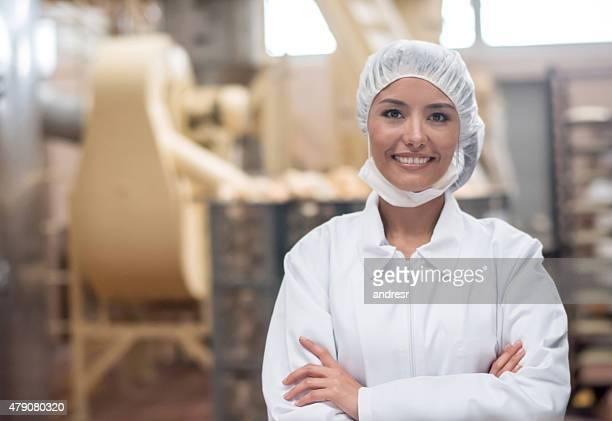 Frau arbeitet in einem food factory