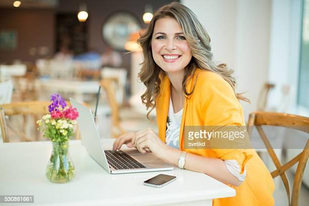 Femme travaillant dans le café.