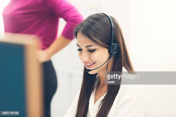 Femme travaillant dans le centre du service clientèle.