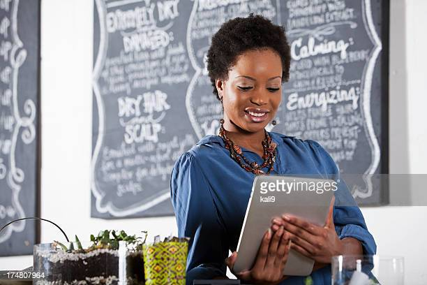Donna lavora nel Salone di parrucchiere, con digital tablet